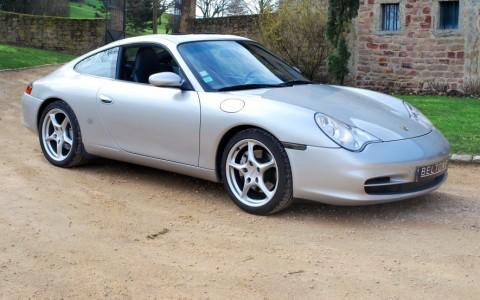 Porsche 996 Carrera 4 3.6 320 cv Vous habitez loin de Lyon ? Nous venons vous chercher à la gare ou à l'aéroport.