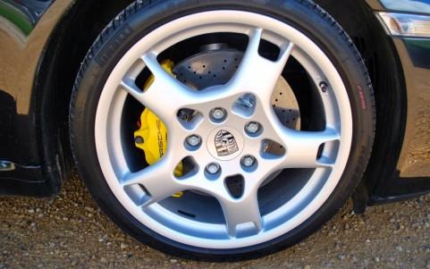 Porsche 997 Carrera S Cabriolet 3.8 355cv La pastille d'usure des disque est de la couleur du disque et n'a pas encore commencé à foncer.