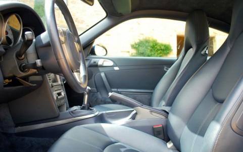 Porsche 997 Carrera S 3.8 355cv La trace blanche sur la portière est le reflet du soleil sur la boucle de la ceinture.