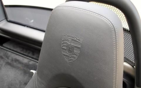 Porsche Boxster S 3.4 310cv PDK XSC : Ecusson Porsche sur appuis-tête