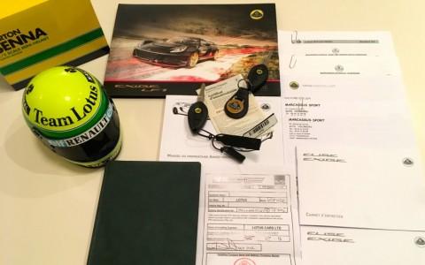 Lotus Exige V6 LF1 73/81 Ayrton Senna  Réplique du casque que portait Ayrton Senna en 1985 à l'échelle 1/2