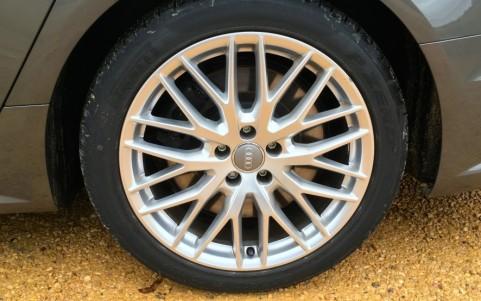 Audi S6 Avant 4.0 V8 450cv PQT : Jantes en aluminium coulé Audi Sport en style à 10 branches en Y, dimensions 8,5J x 19 avec pn