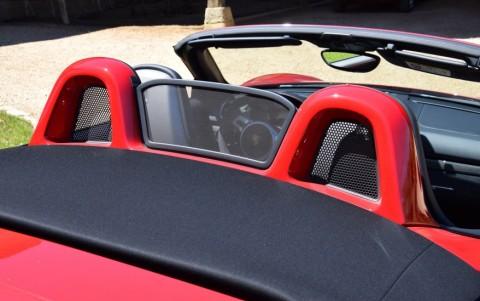 Porsche Boxster GTS PDK 546 : Habillage de l'arceau de sécurité peint en couleur extérieure