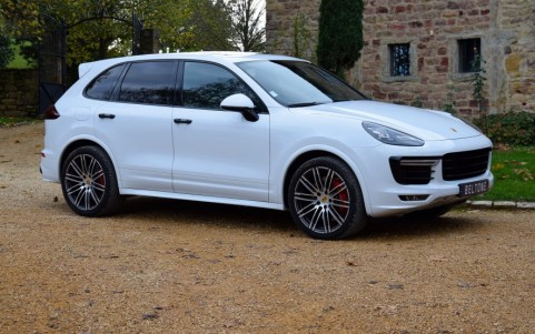 Porsche Cayenne GTS 3.6 440cv PX2 : Pack additionnel extérieur noir en finition brillante.