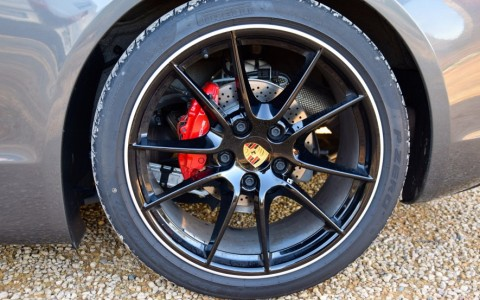 Porsche Cayman GTS PDK XDA / 446 : Jantes peintes en noire avec écusson en couleur.