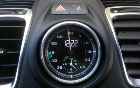 Porsche Cayman GTS PDK - Pack Chrono Sport Plus à fond noir avec bouton Sport et Sport Plus sur la console centrale.